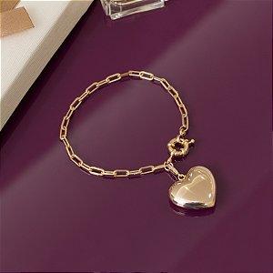 Pulseira dourada de elos com pingente de coração