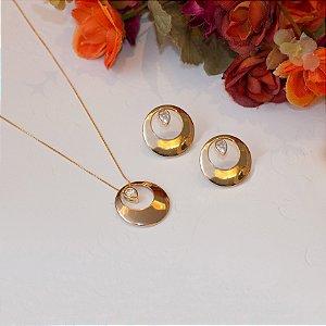 Conjunto de brinco e colar dourado redondo vazado com gota de cristal