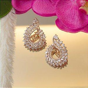 Brinco dourado com cravação em zircônias e cristais