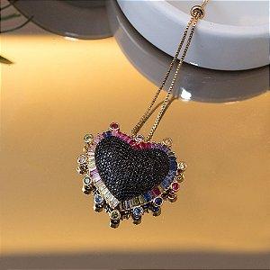 Colar coração cravejado com micro zircônias negras e navetes cristais coloridos