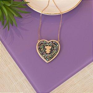Colar pedra abalone de coração com detalhe de menina dourado