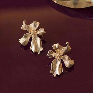 Brinco dourado escovado com design floral e microzircônias