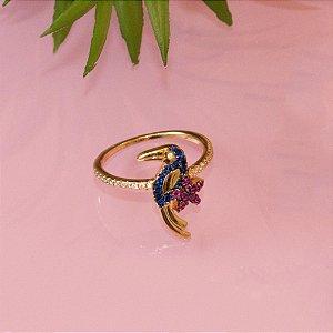 Anel arara-azul cravejado com zircônias coloridas