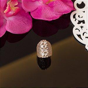 Anel dourado cravejado em microzircônias e cristais