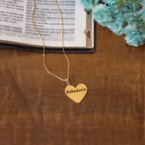 Colar dourado com pingente de coração sabedoria