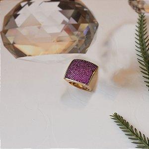 Anel dourado quadrado cravejado em zirconias rosa