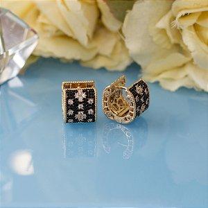 Brinco dourado cravejado em zircônias negras e champagne