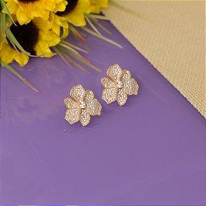 Brinco flor cravejado em zircônias cristais
