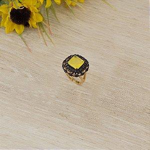 Anel dourado com cristal yellow fusion e zircônias negras
