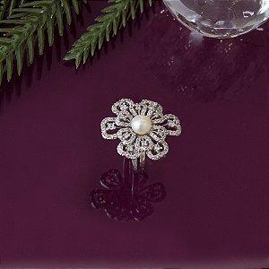 Anel floral com pérola e cravação em zircônias no ródio branco
