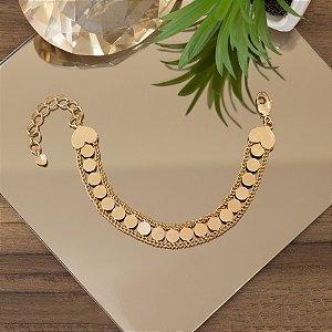 Pulseira dourada com moedas e detalhes em coração