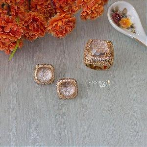 Brinco dourado com cristal transparente e cravação em zircônias