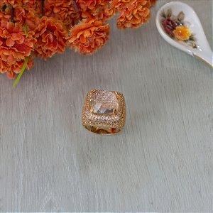 Anel dourado com cristal transparente e cravação em zircônias