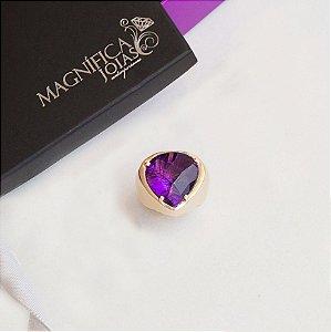 O anel dourado com cristal ametista