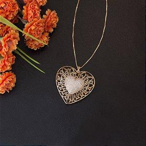 Colar dourado de coração vazado com cravação em zircônias