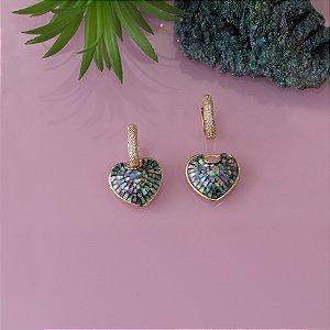 Brinco dourado de coração com pedra abalone e cravação em zircônia