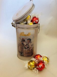 Lata Comemorativa Chocolate Lindt ao Leite e Branco 450g