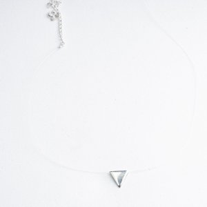 Colar Fio de Nylon Triângulo