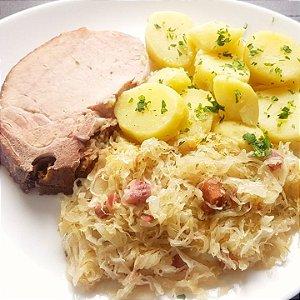 Kassler (carré de porco) cozido, servido com chucrute e batata cozida
