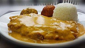 Páprica Schnitzel - filé mignon a milanesa ao molho páprica, servido com arroz branco e bolinho de batata