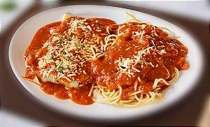 Filé a parmegiana, servido com espaguete ao molho de tomate