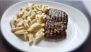 Filé mignon grelhado, servido com penne ao molho quatro queijos