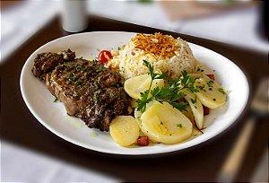 Bife ancho grelhado, servido com arroz branco e batata sauté