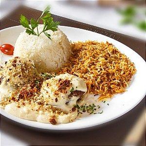 Hamburguer de costela grelhado, molho de queijos e farofa de bacon, servido com arroz branco e batata palha