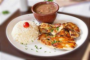 Filé de coxa de frango grelhado, servido com arroz branco e feijão carioca.