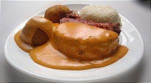 Páprica Kassler - kassler (carré de porco) frito, ao molho páprica, servido com arroz branco e bolinho de batata