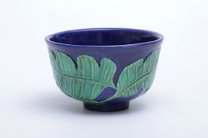 Cachepot  em Alto Relevo de Folhas com Fundo Azul Cobalto em Cerâmica
