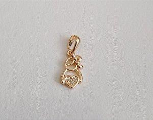 Pingente Menina com coração banhado a ouro