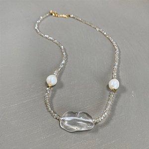 Colar curto de cristais tchecos lapidados translúcidos , peça de vidro(tipo murano ao centro e pérolas barrocas.