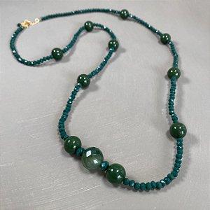 Colar longo de cristais tchecos lapidados e esferas de vidro(tipo murano) verdes.