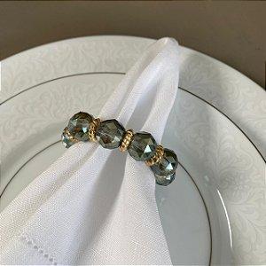 Kit com 4 porta guardanapos com esferas de cristais lapidados esverdeados e entremeios de metal dourado.