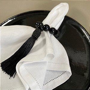 Kit com 4 porta guardanapos com esferas em polímero e pingente fio de seda preto.