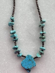 Colar curto misto de cristais tchecos lapidados fumê e pedras turquesa.