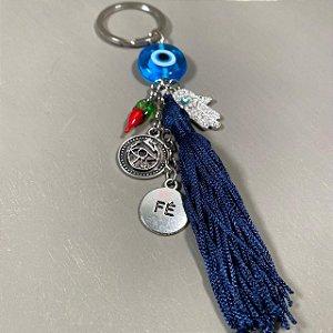 Chaveiro de olho grego de pingentes diversos e fio de seda azul marinho.