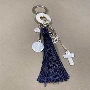 Chaveiro com pingentes diversos e fio de seda azul marinho.