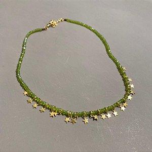 Colar curto de cristais tchecos lapidados verde musgo translúcidos e pingentes de estrelas.