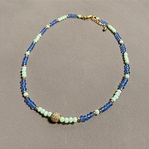 Colar curto de cristais tchecos lapidados verde água e azul  e esfera com zircônia ao centro.