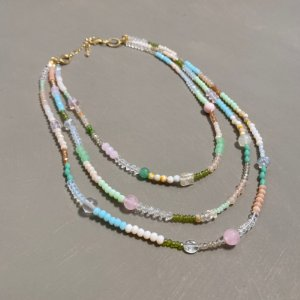 Conjunto de colares de cristais tchecos lapidados e esferas multicores.