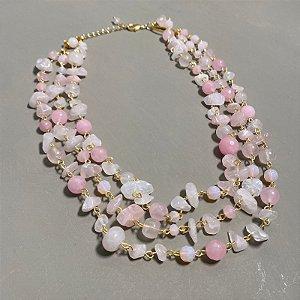 Conjunto de colares alfinetados com cascalhos e esferas de quartzo rosa.