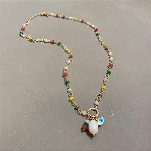 Colar curto alfinetado com cristais coloridos e pingentes diversos.
