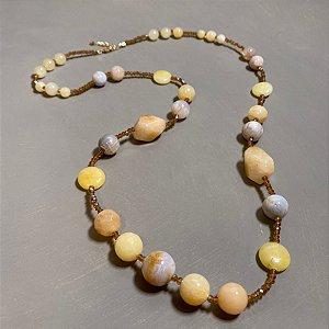 Colar longo de cristais tchecos translúcidos e pedras de ágata amarela.