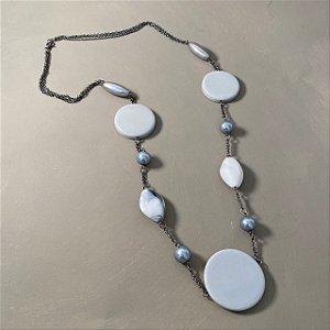 Colar longo alfinetado com peças em polímero cinza e corrente grafite.