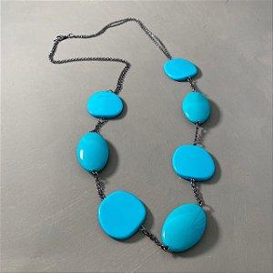 Colar longo alfinetado com peças em polímero turquesa e corrente grafite.