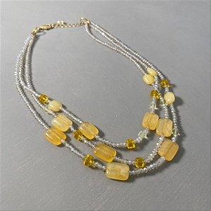 Colar curto camadas de cristais tchecos lapidados translúcidos e pedras ágata amarela.