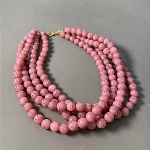 Colar curto várias voltas com esferas em polímero rosè rajado.