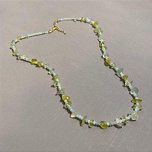 Colar curto com cristais tchecos lapidados cor verde claro e cascalhos.